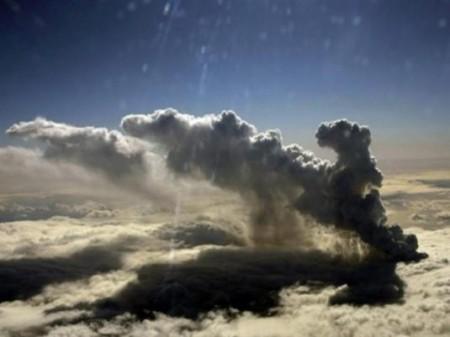 Nuage de cendres dans le ciel
