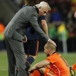 Le coach néerlandais Bert van Marwijk consolant le joueur néerlandais Wesley Sneijder