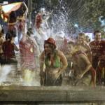 Des fans espagnols célébrant le trophée mondial à Madrid