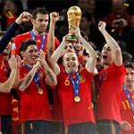 Iniesta (tenant le trophée) et ses camarades célébrant leur triomphe