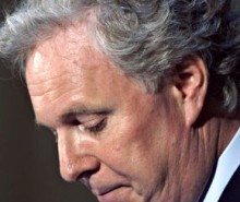 Motion de censure: Charest se lamente de retarder son voyage en France