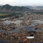 Des gens sur la côte de Sumatra en ruine à la suite du tsunami.