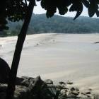 Récession maximale des eaux du tsunami sur la plage de Kata Noi, Phuket (Thaïlande), avant la 3e et plus forte des vagues