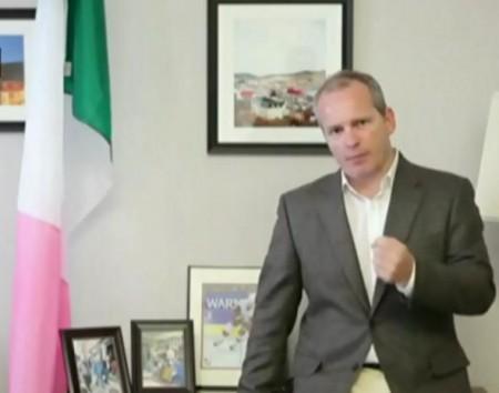 Ryan Cleary et le drapeau independantiste de Terre-Neuve