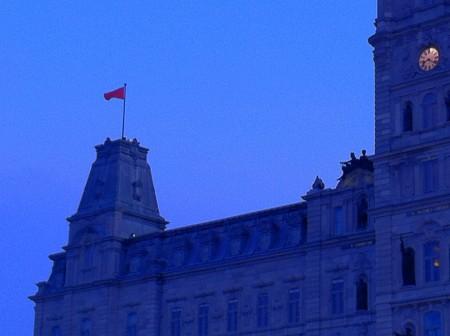 Drapeau rouge sur l'Assemblée Nationale
