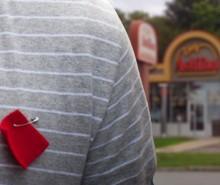 Québec: Insulté et menacé au Ashton à cause d'un carré rouge