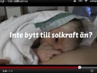 Doigt d'honneur d'un bébé contre le pétrole et le nucléaire